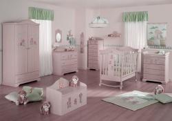 <p><em><strong>Обстановка в комнате для новорожденного.&nbsp;&nbsp; Светло розовые стены.</strong></em></p>
