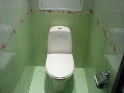 Ремонт и отделка туалета: салатовый кафель.