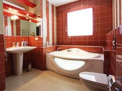 Облицовка стен ванной кафелем. Цвет красный. Ремонт и отделка ванной.