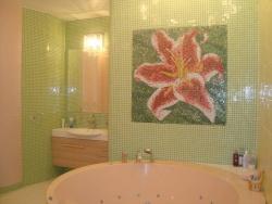 <p><em><strong>Облицовка стен и пространства над ванной мозайкой и кафелем.</strong></em></p>