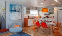 <p><em><strong>Интерьер кухни совмещенной с гостиной. Много цвета.&nbsp; Ремонт и отделка.</strong></em></p>