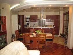 <p><em><strong>Как грамотно и гармонично совместить кухню с гостиной?</strong> </em></p>