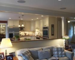 <p><em><strong>Совмещенная кухня с гостиной - плюсы и минусы.&nbsp; Ремонт и отделка.</strong></em></p>