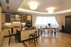 <p><em><strong>Совмещённые гостиная, кухня и столовая.&nbsp; Ремонт-и-отделка квартир.</strong></em></p>