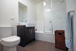 <p>Дизайн маленькой ванны совмещенной с туалетом</p>