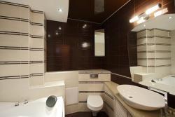 <p>Интерьер ванны совмещенной с туалетом</p>