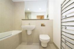 <p>Маленькая ванная совмещенная с туалетом</p>