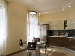 Ремонт и отделка кухни: дизайн уютной кухни совмещенной с гостиной.