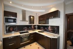 <p><em><strong>Ремонт и отделка кухни: современная кухня в маленькой квартире.</strong></em></p>