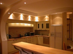 Ремонт и отделка кухни: современная кухня с барной стойкой.