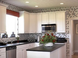 Ремонт и отделка кухни: современная большая кухня в белый тонах.