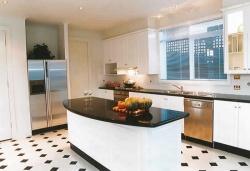 Ремонт кухни: большая просторная кухня.