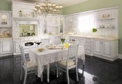 <p><em><strong>Ремонт и отделка квартир. Элегантная большая кухня. Мебель белая.</strong></em></p>